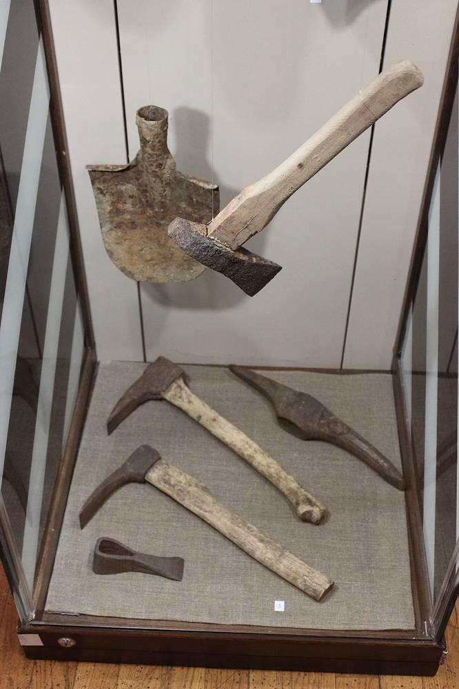 Инструменты хитников - нелегальных старателей, добывавших изумруды и золото