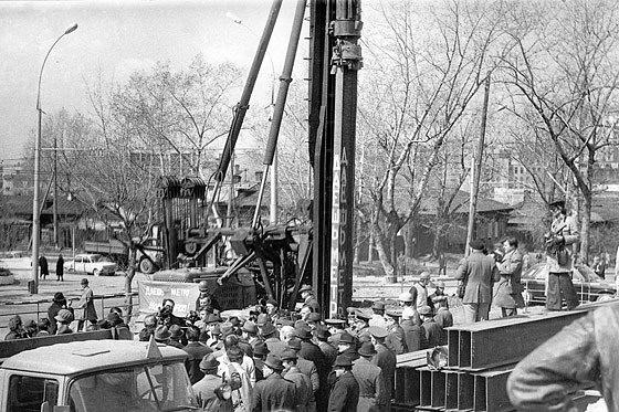 Строительство новосибирского метро началось 12 мая 1979 года. После торжественного митинга на месте котлована будущей станции метро «Октябрьская» была забита первая металлическая свая