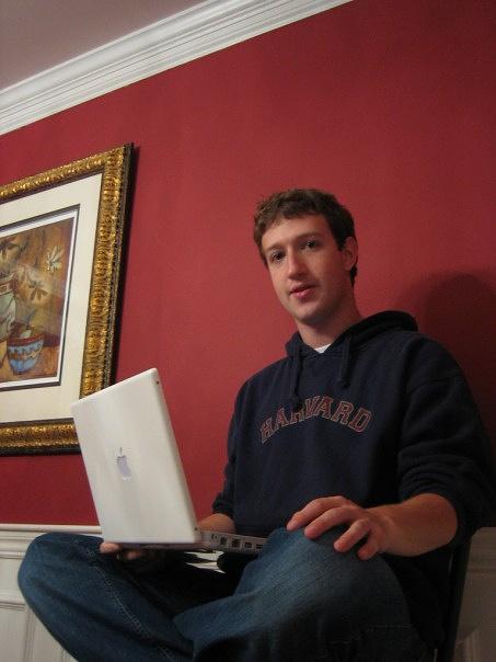 Марк Цукерберг жертвует значительные средства на благотворительность. В частности, на пожертвования в городе Ньюарк в штате Нью-Джерси было открыто более десятка новых школ