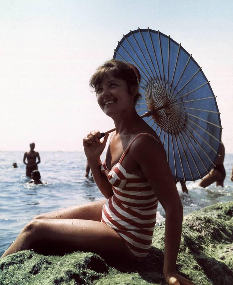 Девушка на пляже в Гурзуфе, 1970 год