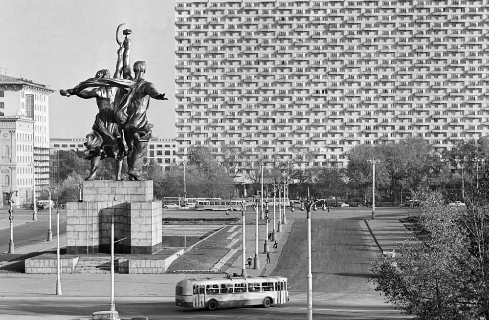 """Скульптурная группа """"Рабочий и колхозница"""" на ВДНХ, 1969 год"""