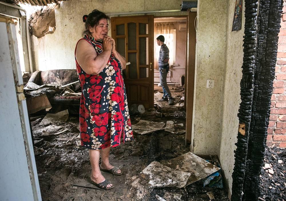 Спецоперация велась с горы Карачун. На фото: 61-летняя жительница Славянска Екатерина Лень в разрушенном доме