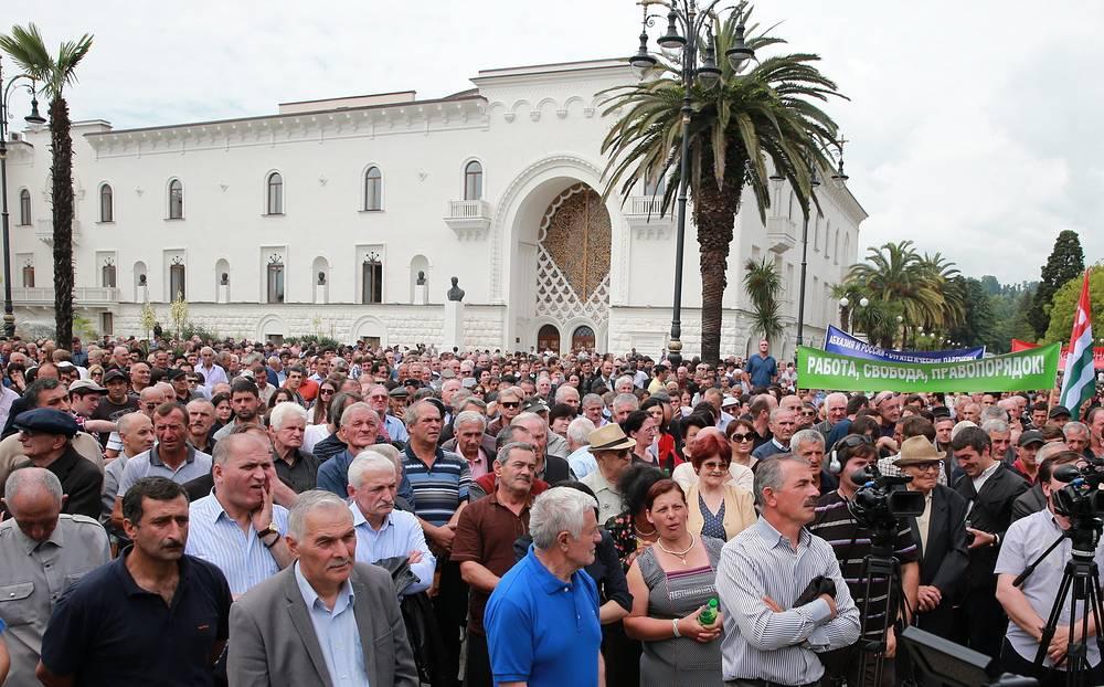 27 мая протестующие блокировали здание администрации президента Абхазии в Сухуме. Несколько тысяч сторонников оппозиции потребовали отставки президента и правительства республики