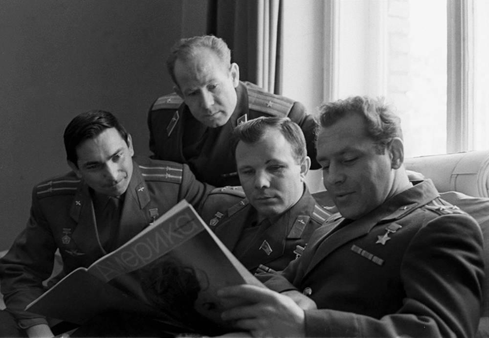 Летчики-космонавты СССР (слева направо): Валерий Быковский, Алексей Леонов, Юрий Гагарин, Герман Титов - в перерыве между занятиями, 1965 год
