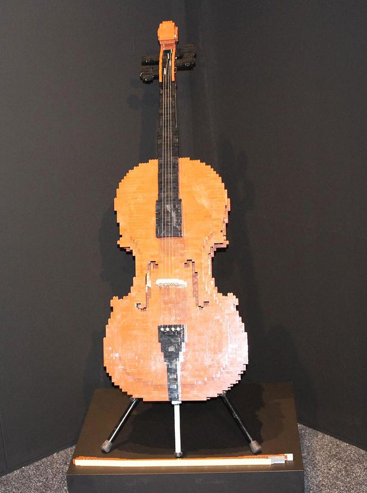 Среди экспонатов выставки - виолончель, на которой можно играть