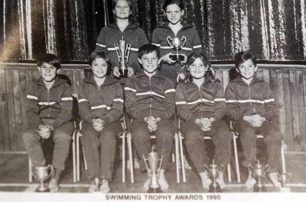 Шарлен Уиттсток родилась в январе 1978 года в Южной Родезии, затем семья переехала в ЮАР. Там девушка профессионально начала заниматься спортом. На фото 1990 года Шарлен (стоит справа) с членами школьной команды по плаванию