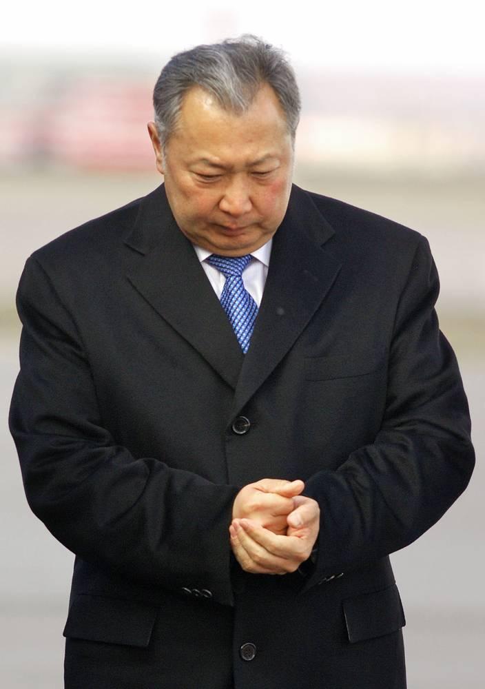 3 февраля 2009 года бывший президент Киргизии Курманбек Бакиев (на фото) заявил, что правительство приняло решение об окончании срока пребывания американской базы на территории республики, объяснив это вопросами экономического характера, а также негативным резонансом от функционирования базы в киргизском обществе