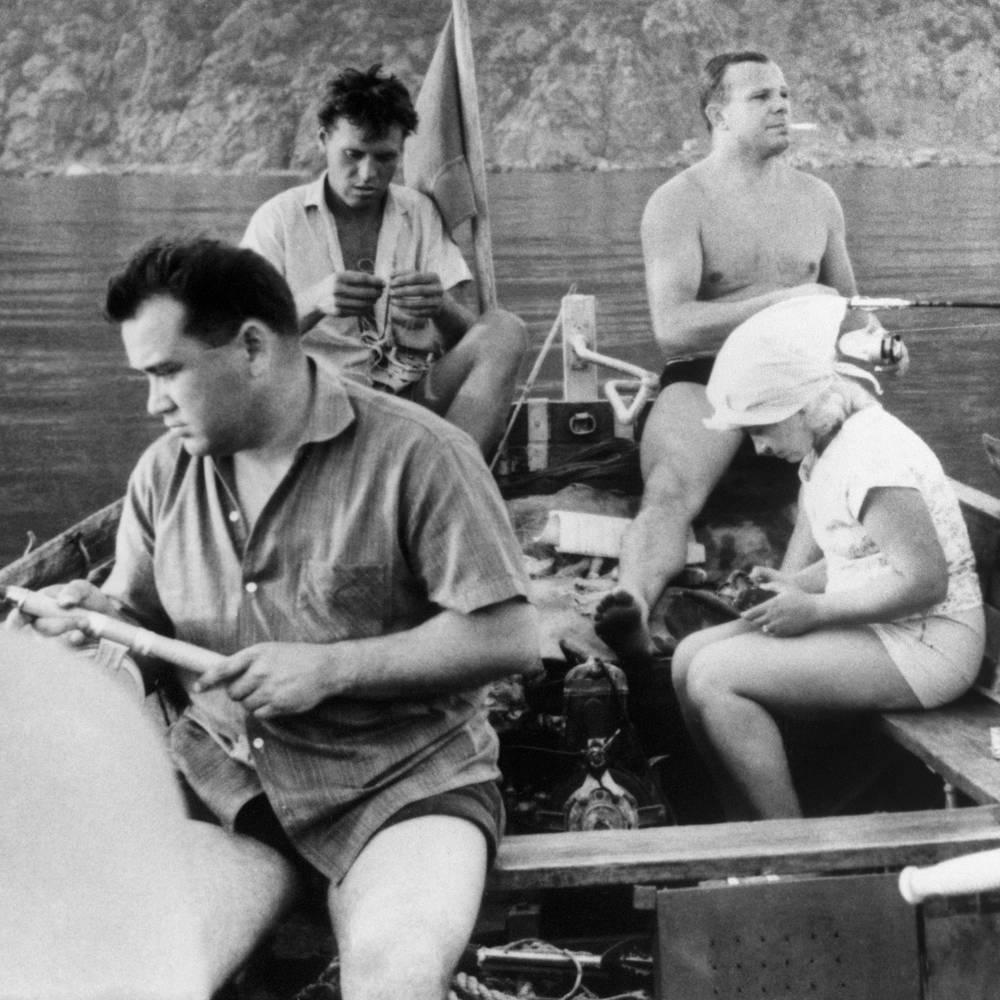 "Юрий Гагарин (на втором плане справа) на рыбалке в ""Артеке"""