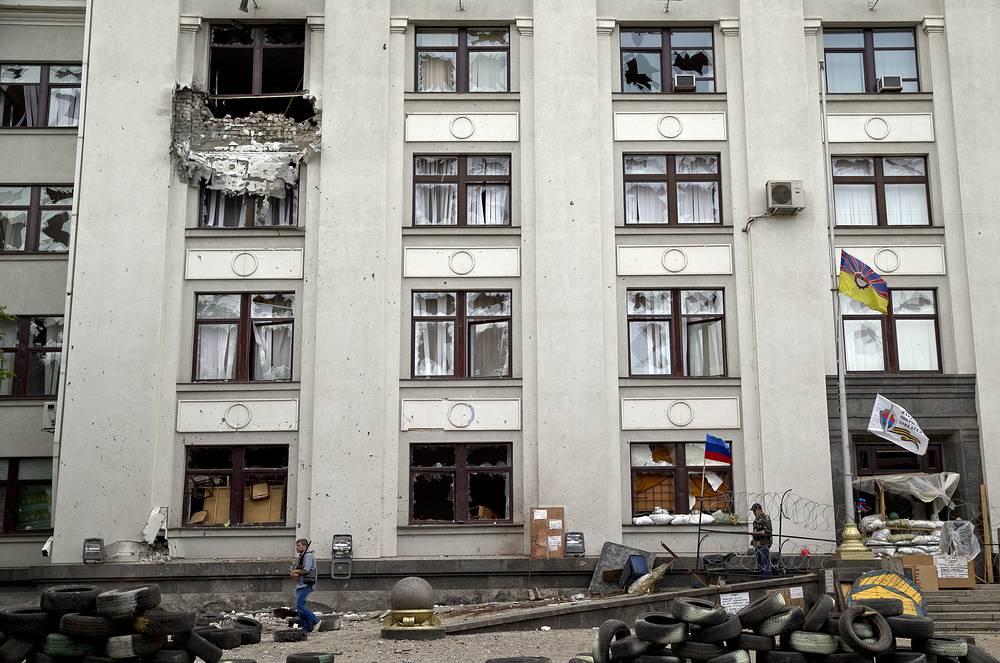 Руководитель пресс-центра провозглашенной Луганской народной республики сообщил, что истребитель ВВС Украины обстрелял здание Луганской областной госадминистрации. На фото: здание обладминистрации после авиаудара