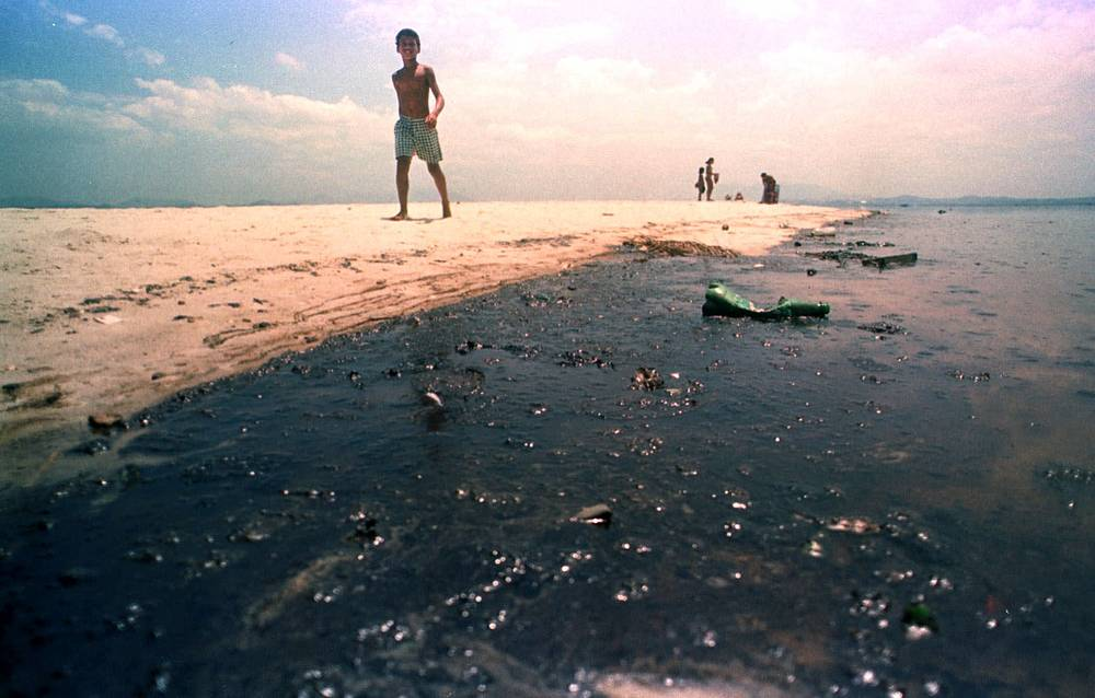 21 января 2000 года в бухте Гуанабара, на берегу которой расположен Рио-де-Жанейро (Бразилия), в результате разрыва трубопровода на нефтеперегонном заводе компании Petrobras более 8 тыс. баррелей нефти попали в воду. Эта экологическая катастрофа считается крупнейшей за всю историю мегаполиса. Компания полностью признала свою вину и выплатила штраф свыше $25 млн