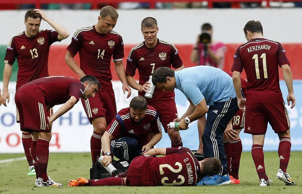 В концовке встречи травму получил защитник Дмитрий Комбаров (№23)