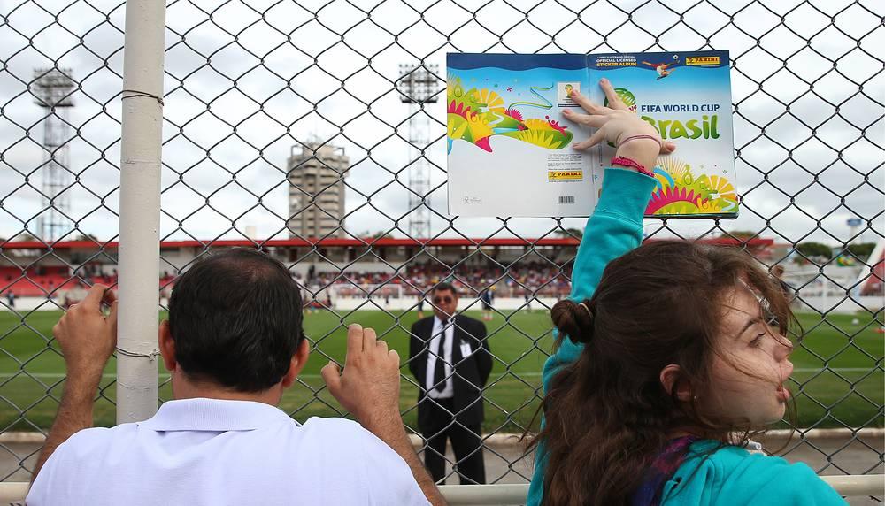 Местные жители у стадиона