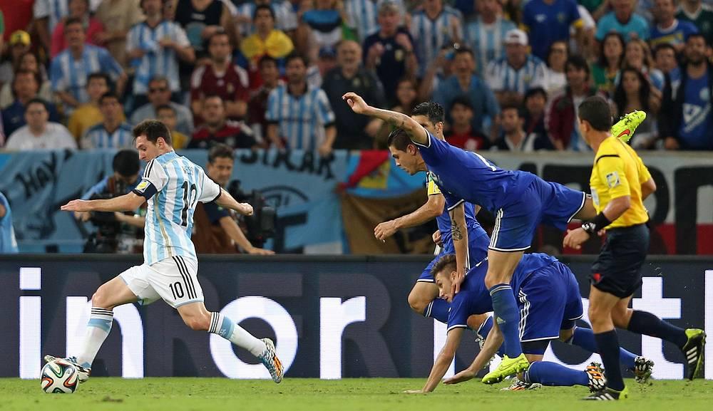 Капитан сборной Аргентины Лионель Месси уходит боснийских футболистов