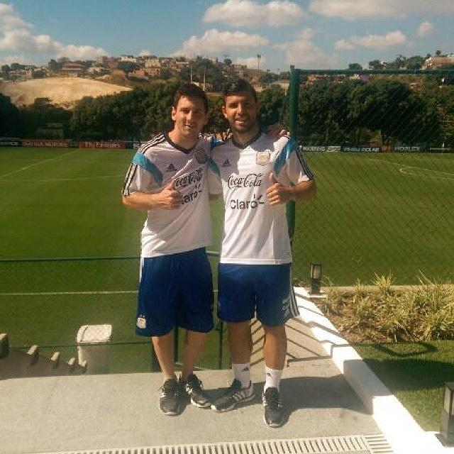 Лионель Месси и Серхио Агуэро полны оптимизма на первой тренировке сборной Аргентины в Бразилии