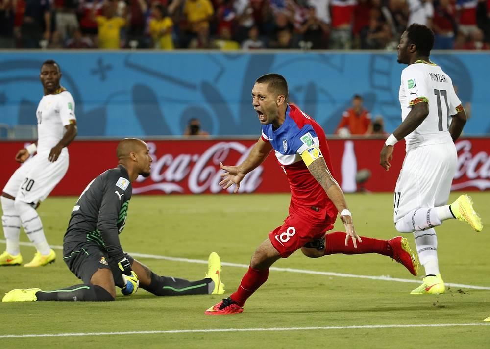 Капитан сборной США Клинт Демпси (в центре) после гола в ворота ганцев