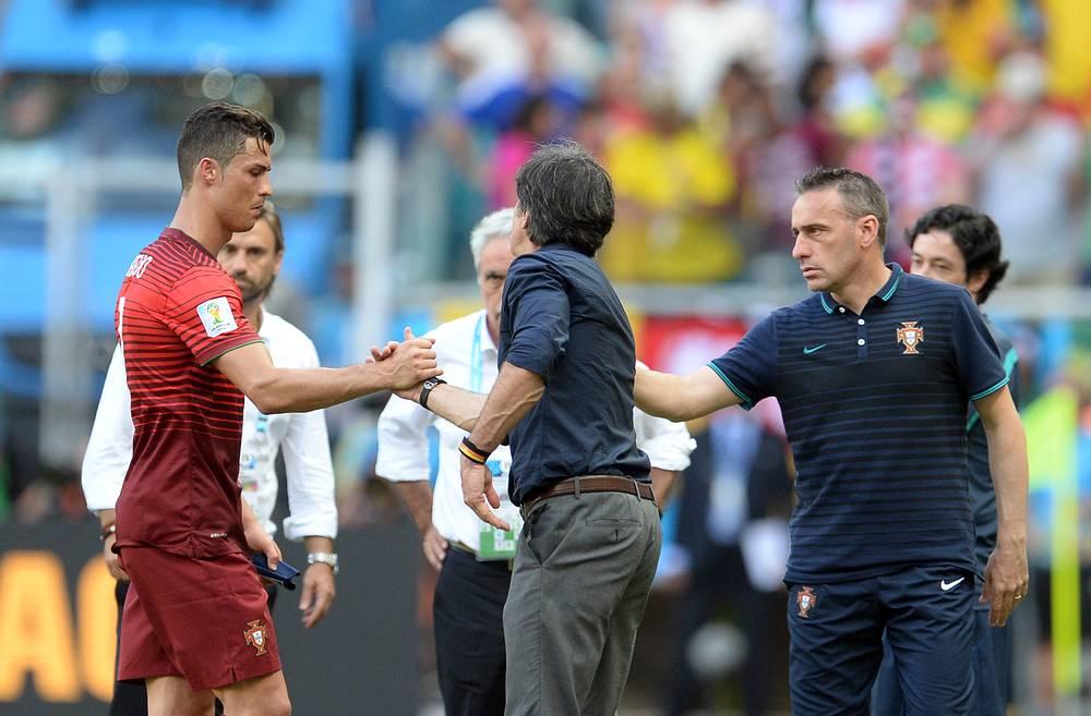 Тренеры сборных Германии Йоахим Лёв и Португалии Паулу Бенту подбадривают Криштиану Роналду