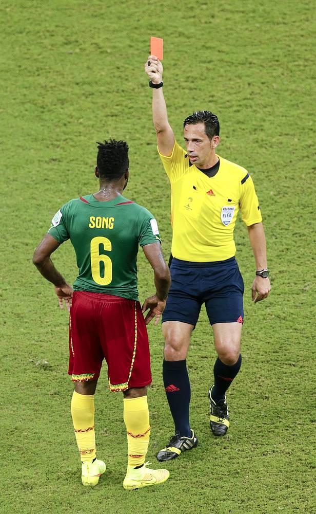 Полузащитник сборной Камеруна Александр Сонг был удален в конце первого тайма