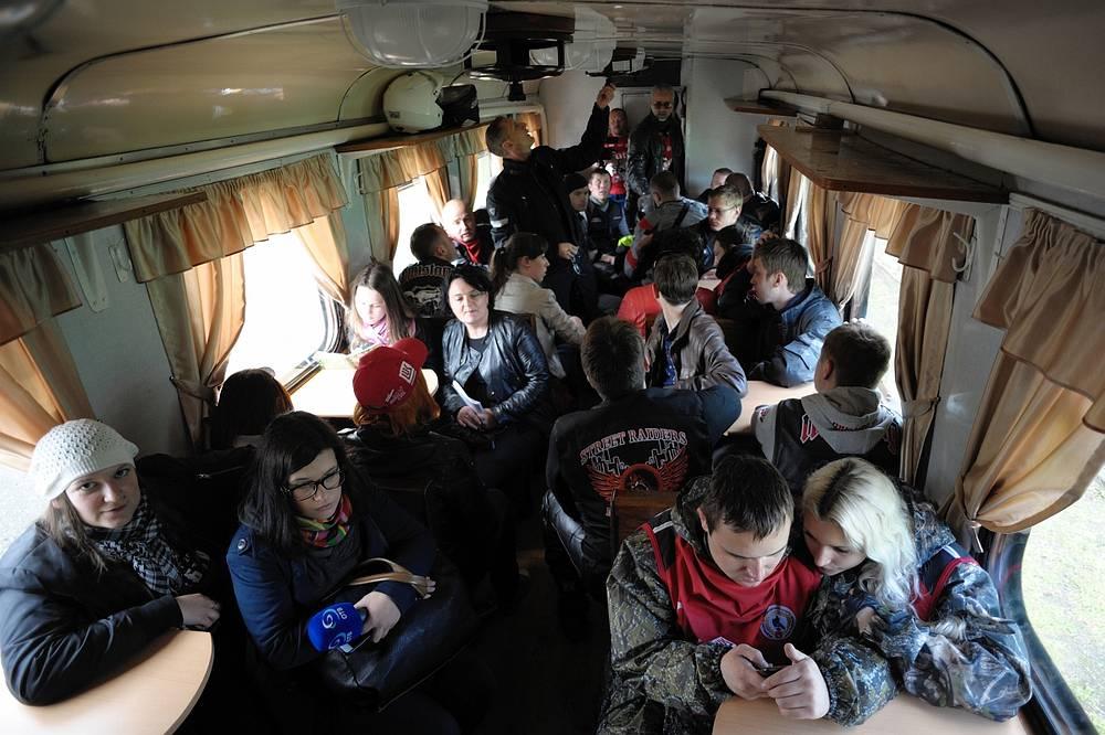 """Участники мотопробега """"По хребту"""" в вагоне последней узкоколейки"""