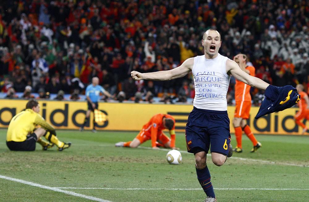 2010 год: Андрес Иньеста празднует гол в ворота сборной Нидерландов в финале чемпионата мира в ЮАР