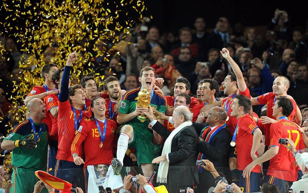 Сборная Испании празднует победу на чемпионате мира в ЮАР