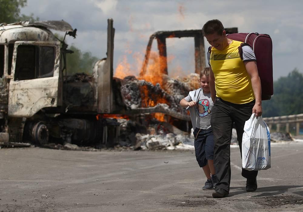 Украинские беженцы в районе поселка Металлист, который в ночь на 16 июня подвергся артиллерийскому обстрелу украинских силовиков. По данным ФМС, в приграничных с Украиной регионах России уже находятся 400 тыс. беженцев