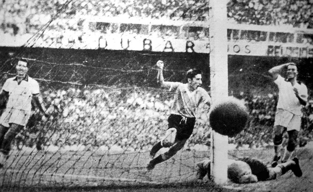 """Вместимость стадиона во время игры составила более 200 тыс. зрителей, что позволило """"Маракане"""" стать на тот момент самой большой футбольной ареной в мире. На фото: футболист сборной Уругвая Альсидес Гиджа забивает финальный гол"""