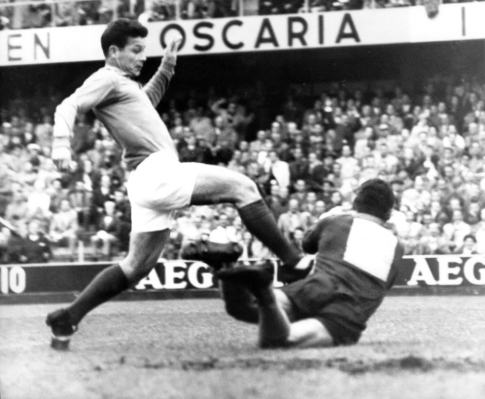 Жюст Фонтэн (Франция) - 13 голов. Участник чемпионата мира 1958 года. Обладатель рекорда по количеству голов, забитых на одном турнире - 13 мячей. На Кубке мира в Швеции на счету Фонтэна, в частности, покер (четыре гола) в бронзовом матче с ФРГ