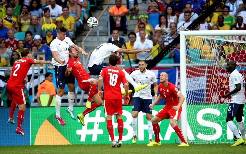 Клод Жиру (в центре, №9) открыл счет в матче, поразив ворота швейцарцев после подачи углового