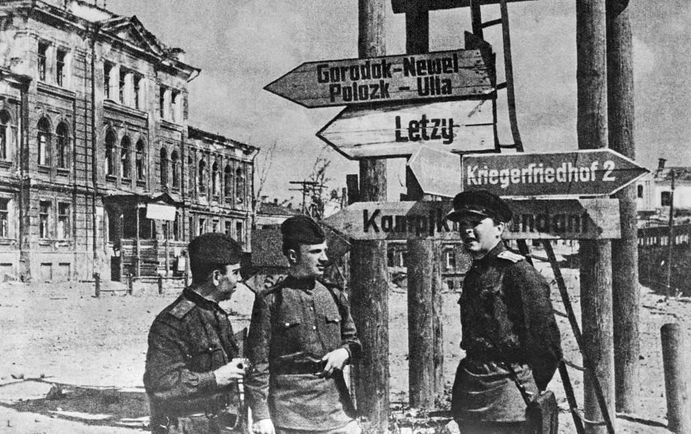 Корреспонденты газеты 3-го Белорусского фронта Н. А. Баканов, А. А. Зеленцов и А. Т. Твардовский в день освобождения Витебска 26 июня 1944 года