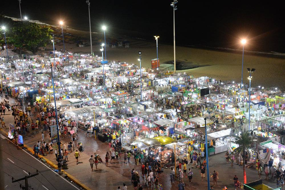 Городской рынок на пляже в городе Форталеза. На таких рынках можно купить все, что нужно болельщику в Бразилии, - шляпы, футболки, парики и другие многочисленные атрибуты