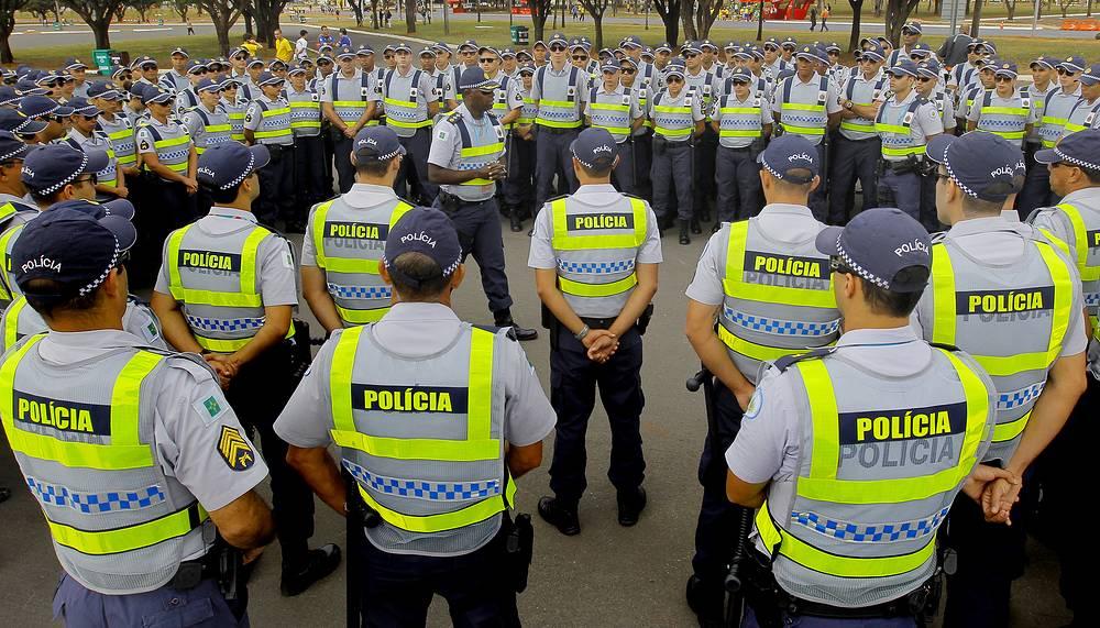 В рамках подготовки к чемпионату мира власти Бразилии приняли повышенные меры безопасности. На фото: полицейские перед матчем в городе Бразилиа