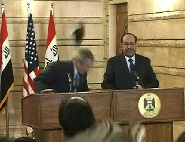 """2008 год. Во время совместной пресс-конференции Джорджа Буша и иракского премьера Нури аль-Малики в Багдаде местный журналист бросил в американского лидера  ботинок. Политик ловко увернулся. После инцидента такая форма выражения протеста получила название """"ботинки Буша"""""""
