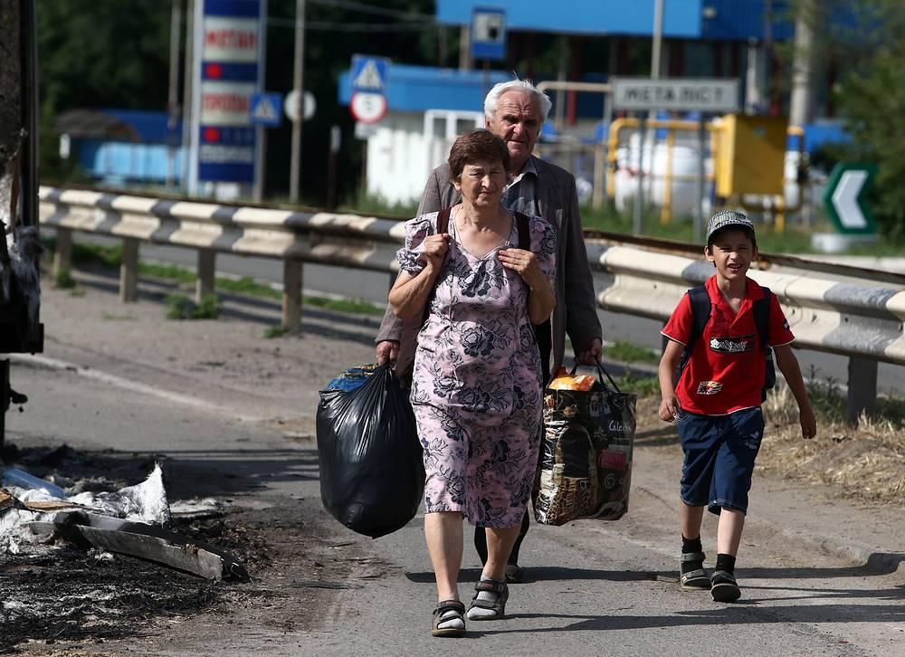 Беженцы на блокпосту у поселка Металлист
