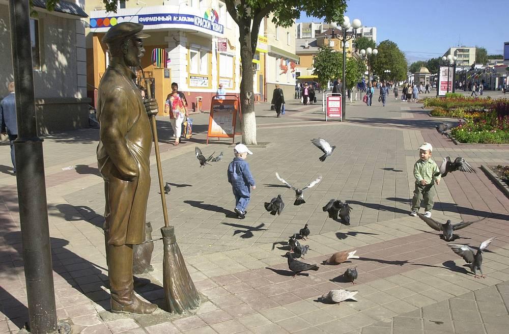 Памятник дворнику работы художника Тараса Костенко в Белгороде