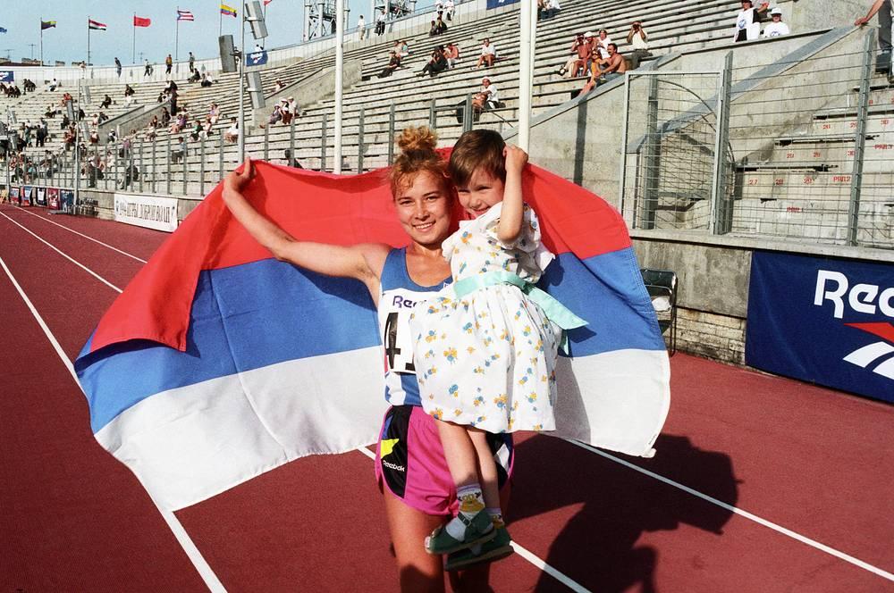 Победительница в ходьбе на 10 км Олимпиада Иванова с дочерью