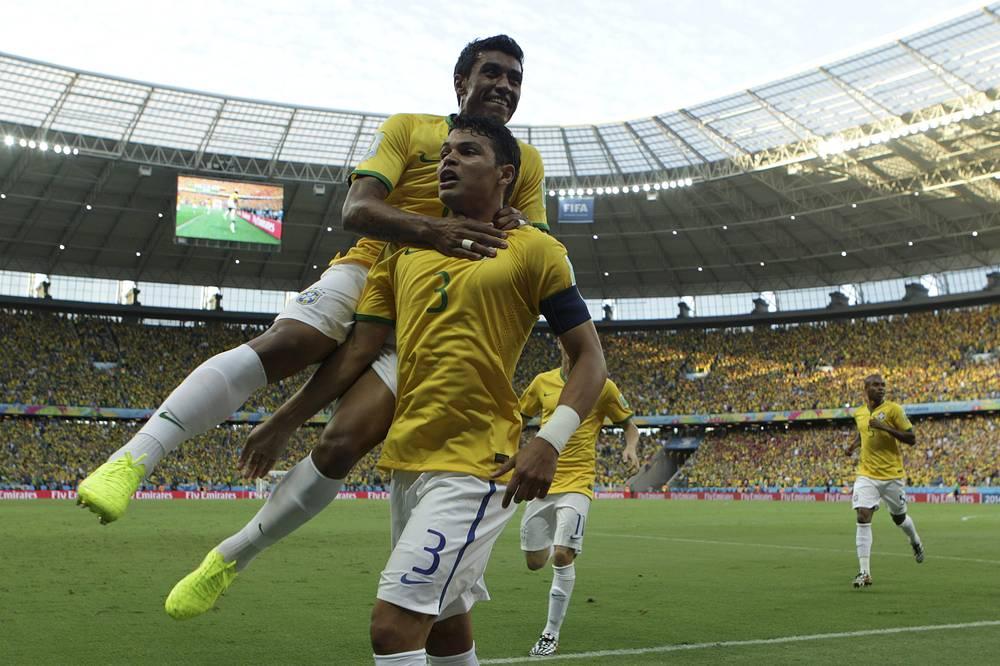 Радость бразильцев после гола в ворота сборной Колумбии