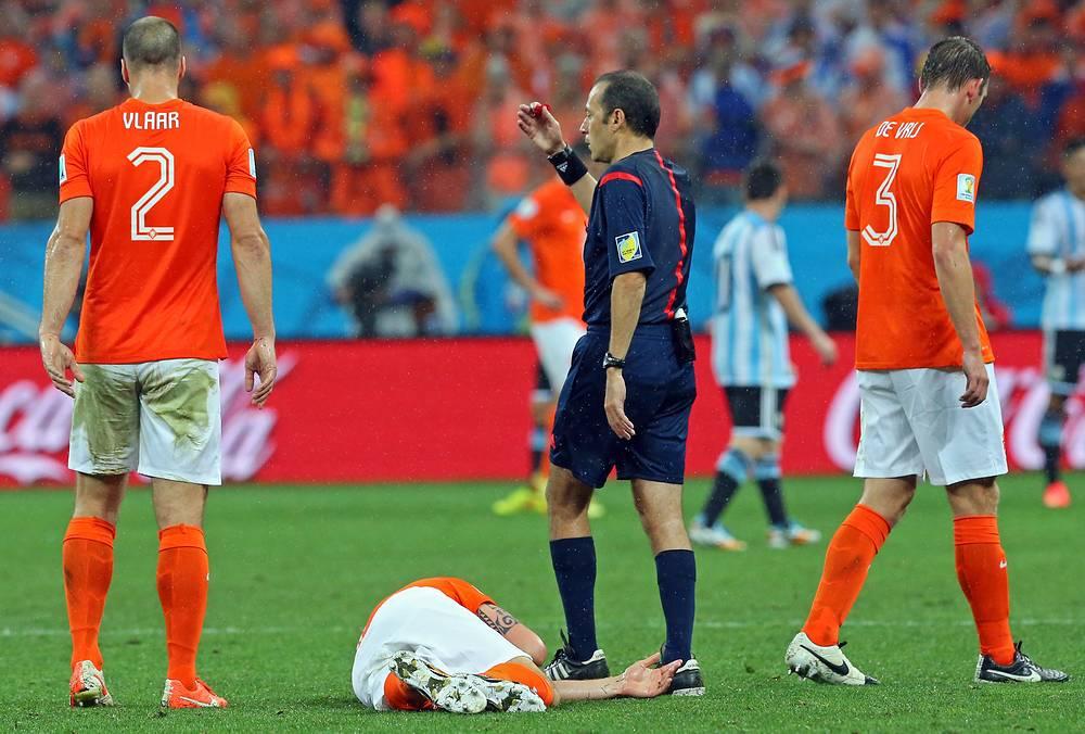 Последствие жесткого стыка - голландский футболист на газоне