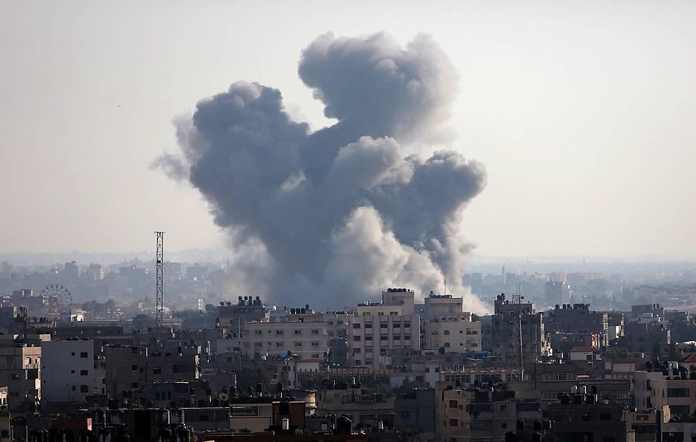 Израильская армия заявляет, что удары наносятся исключительно по установкам палестинских радикалов, с которых они запускают ракеты по Израилю. По данным палестинской стороны, целями атак становятся и гражданские объекты. На фото: сектор Газа