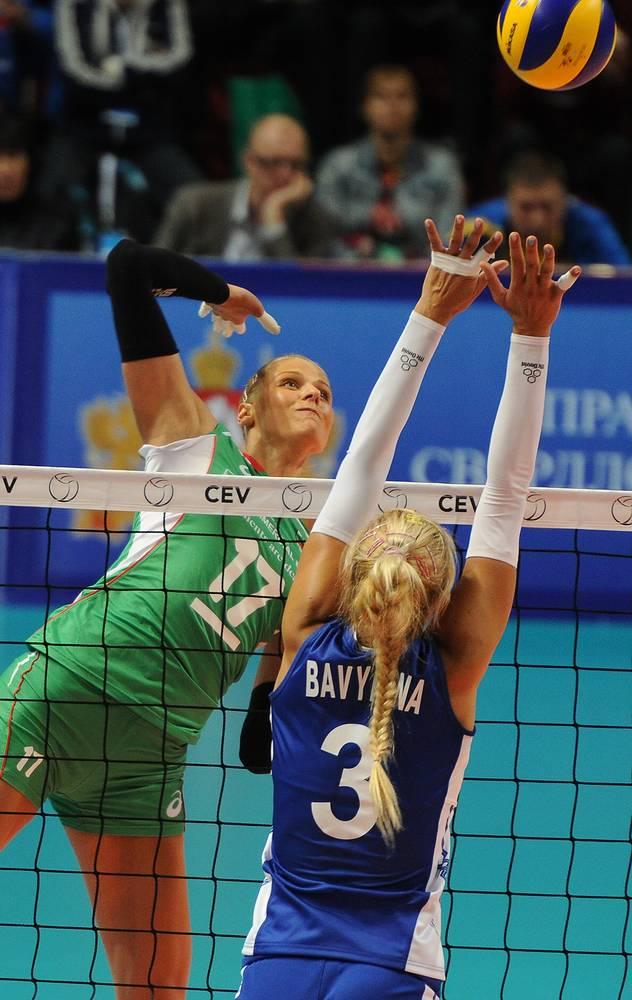 Игроки сборной Болгарии Страшимира Филипова и сборной России Анастасия Бавыкина (слева направо)