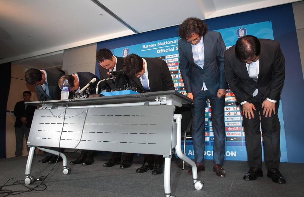 Футболистам и тренерам сборной Южной Кореи пришлось оправдываться перед болельщиками за неудачное выступление на чемпионате мира