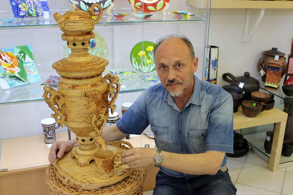 Владимир Махнюк с берестяным самоваром