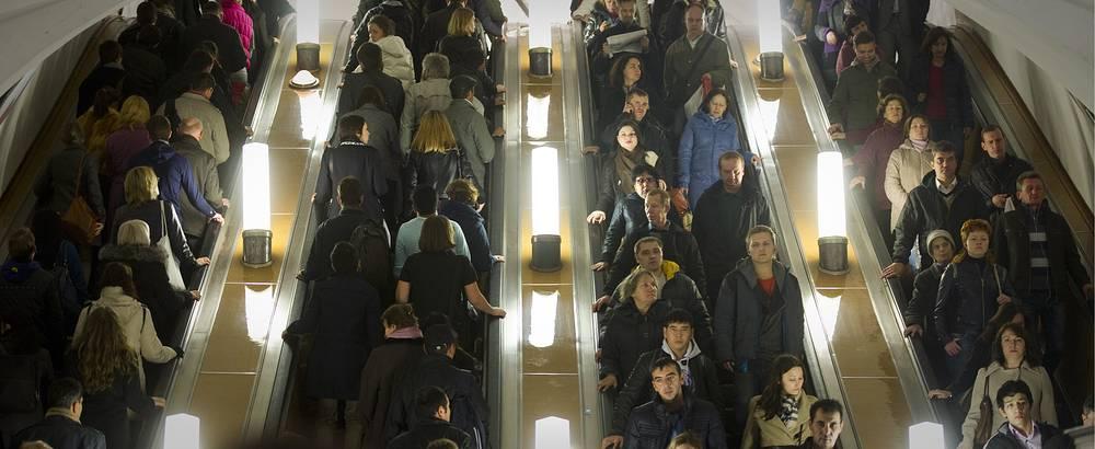 Самый большой пассажиропоток в московском метро наблюдается по четвергам и пятницам (по 17,3% от общего недельного пассажиропотока)