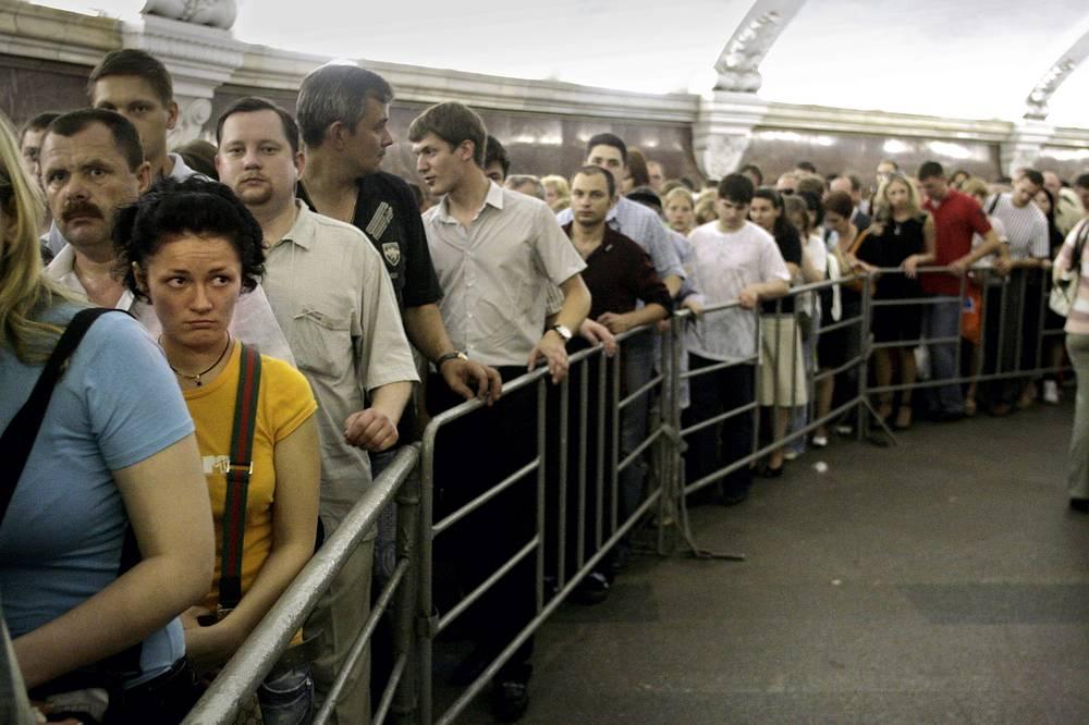 """За сутки через эти станции проходят от 100 тыс. до 150 тыс. пассажиров. На фото: переход на станцию метро """"Комсомольская"""""""