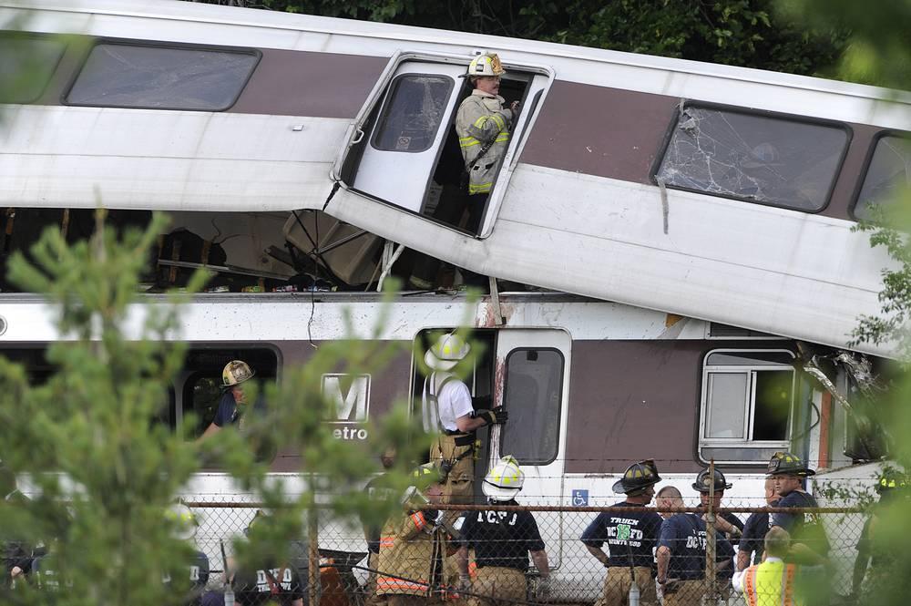 В результате аварии погибли шесть человек, более 70 серьезно пострадали