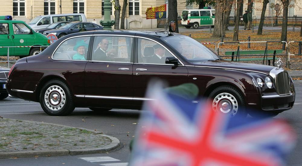 Королева Великобритании Елизавета II во время официальных поездок передвигается на Bentley State Limousine, который создан специально для монаршей особы в двух экземплярах в 2002 году к 50-летию царствования