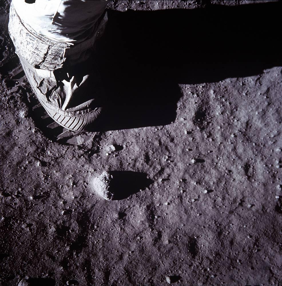 Ботинок астронавта и след от него на лунном грунте