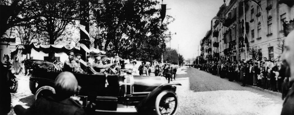 В автопарке последнего российского императора Николая II в 1913 году насчитывалось 29, а в 1917 - 46 автомобилей. Основной машиной царя был французский Delaunay-Belleville SMT. На фото: Николай II в Крыму
