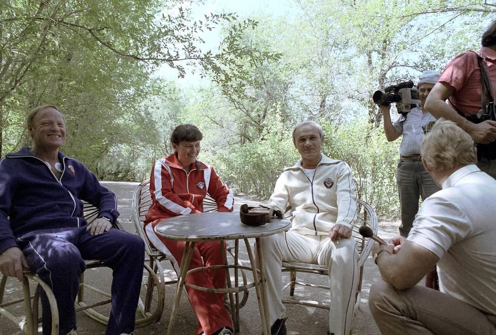 Космонавт-исследователь Игорь Волк, бортинженер Светлана Савицкая и командир корабля Владимир Джанибеков (слева направо) во время пресс-конференции на космодроме Байконур, 1984 год