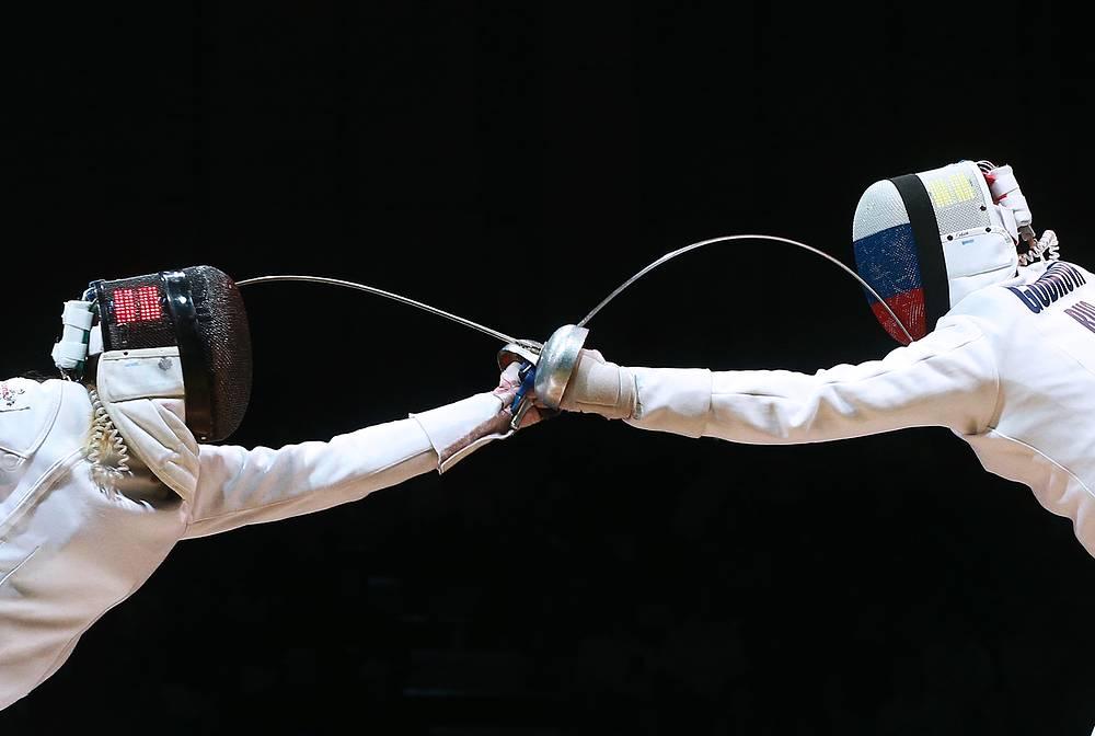 Сборная России разделила первое место с итальянцами в медальном зачете ЧМ по фехтованию в Казани. В активе российской команды восемь медалей - три золотых, одна серебряная и четыре бронзовых. На фото: эстонская спортсменка Ирина Эмбрих и россиянка Татьяна Гудкова