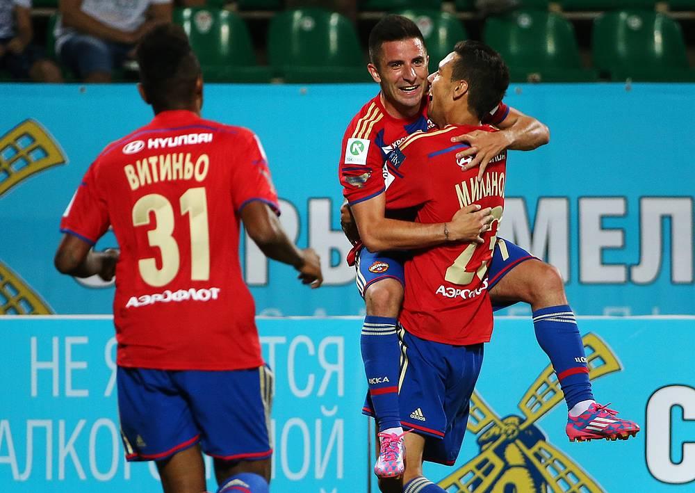 Игроки ЦСКА поздравляют сербского полузащитника с голом